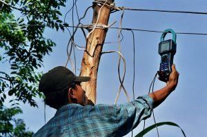 Travail avec un électricien local au Cambodge
