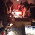 Préparation des lumignons sous la tente avant leur pose sur les escaliers de l'Odéon